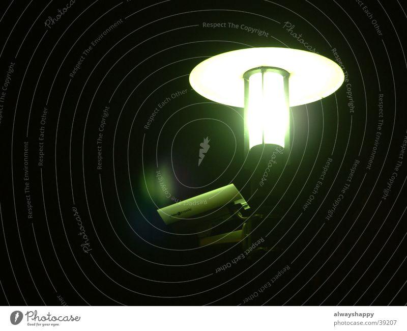 sie sind überall Überwachung Laterne Nacht dunkel Licht Sicherheit obskur Fotokamera Kontrolle