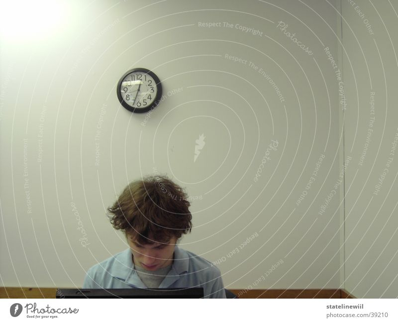 late at work Mann Einsamkeit Erwachsene Wand Zeit Kopf Business Arbeit & Erwerbstätigkeit Büro Uhr Erfolg Computer lernen Idee schreiben Konzentration