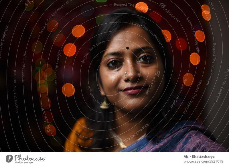 Gesicht Porträt einer lächelnden indischen Frau in Licht Bokeh Hintergrund Erwachsener Kunst asiatisch schön Bengali Feier heiter Bekleidung Kultur Diwali-Feier