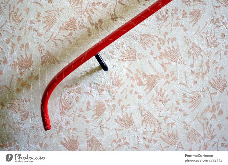 Zum Festhalten. Haus Einfamilienhaus Hütte Mauer Wand Treppe anstrengen Treppengeländer Geländer festhalten rot Tapete Tapetenmuster Tapetenwechsel Muster weiß