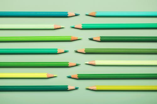 ineinandergreifende Bleistifte in Grüntönen Farbstifte grün Hochschule Palette Regenbogen Nahaufnahme farbenfroh Objekt Konzept zeichnen Zaun Reihe schließen