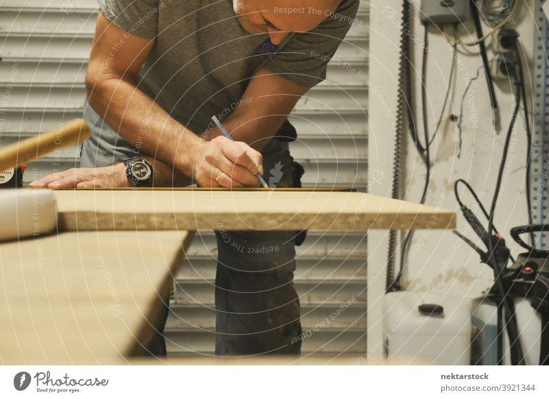 Schreiner Zeichnung Linie auf Holz Mann Kaukasier Arbeiter Werkstatt diy keine Haare 1 Mensch Garage arbeiten Zimmerer Schreinerei Hintergrund Handarbeit