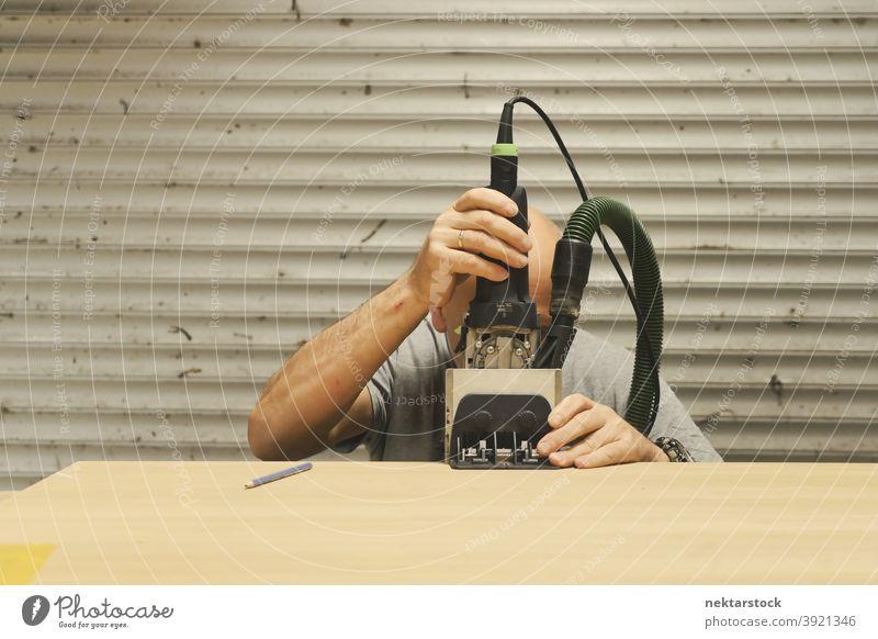 Schreiner mit Holzrahmenbauwerkzeug Mann Rahmung Werkzeug Kaukasier Arbeiter Werkstatt diy keine Haare 1 Mensch Garage arbeiten Linie Zimmerer Schreinerei