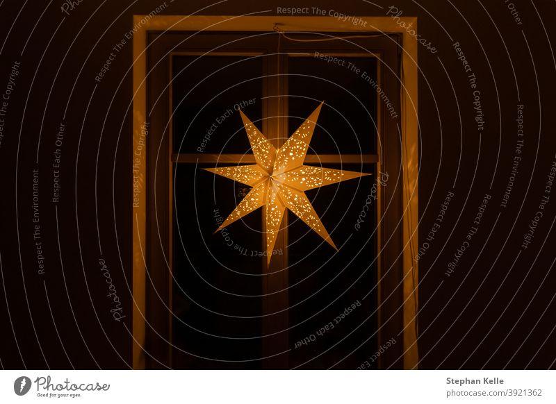 Typischer Stern zur Beleuchtung und Dekoration in der Winterzeit für Weihnachten. Der Stern soll den Stern von Bethlehem darstellen und wird am ersten Adventssonntag beleuchtet.