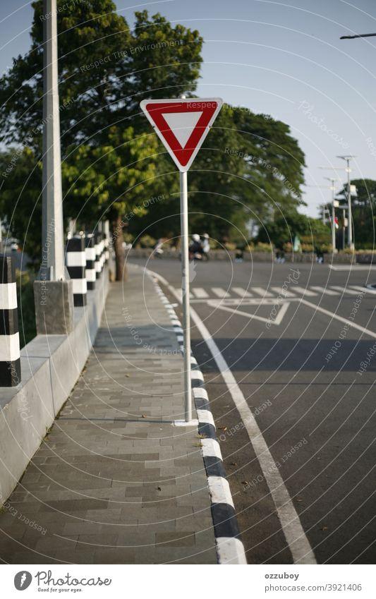 T-Kreuzungszeichen Zeichen Übergang Verkehr Ermahnung Transport Straße Symbol rechts Pfeil Rahmen Sicherheit Weg schwarz Überfahrt rot Quadrat vor Eckstoß Kurve