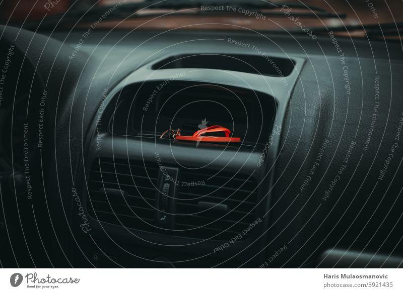 Schlüsselanhänger im Auto auf dem Armaturenbrett Automobil schwarz Schaltfläche PKW Kontrolle Design Detailaufnahme Details Laufwerk Autofahren im Inneren