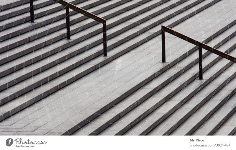 Freitreppe Architektur betontreppe abwärts aufwärts oben Bauwerk Treppe Linien Strukturen & Formen grau nach oben Steintreppe Symmetrie Leere stufen breit