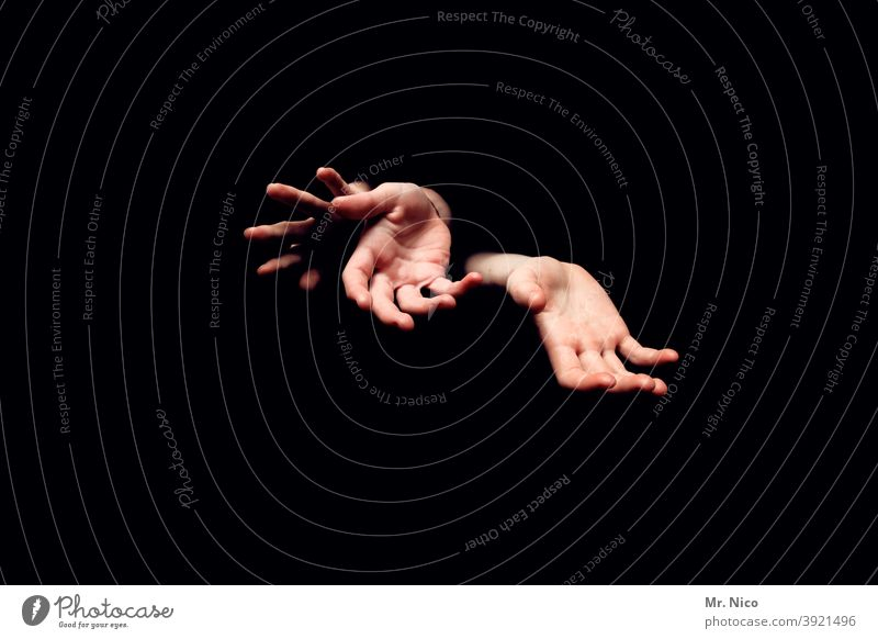 Drei Hände Hand Mensch Irritation Finger Körperhaltung Fingerspiel schwarz Gliedmaßen gestikulieren 3 Experiment abstrakt Kunstlicht Haut Handfläche