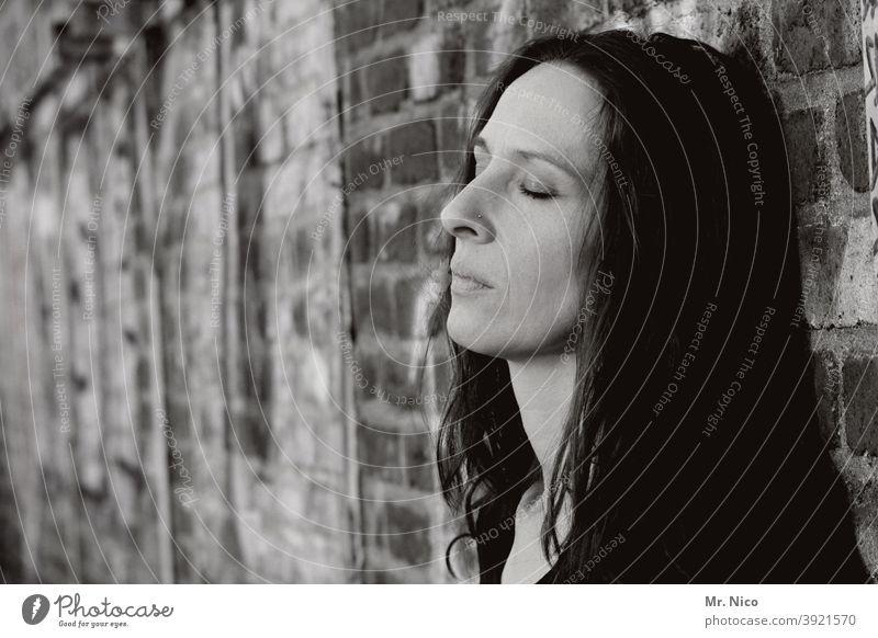 Portrait mit geschlossenen Augen geschlossene Augen Gesicht Frau gedankenlos Einsamkeit Konzentration stille Müdigkeit Traurigkeit Stimmung entspannung