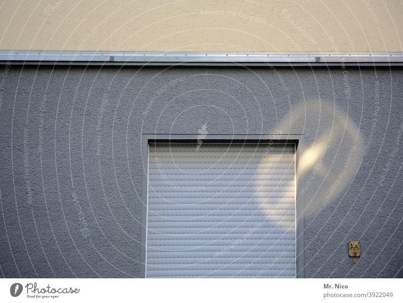 Fenster mit heruntergelassenem  Rolladen Fassade grau Rollo Mauer Bauwerk Gebäude Architektur Einfamilienhaus Haus Wohnung Nachbar Fensterplatz Fensterladen