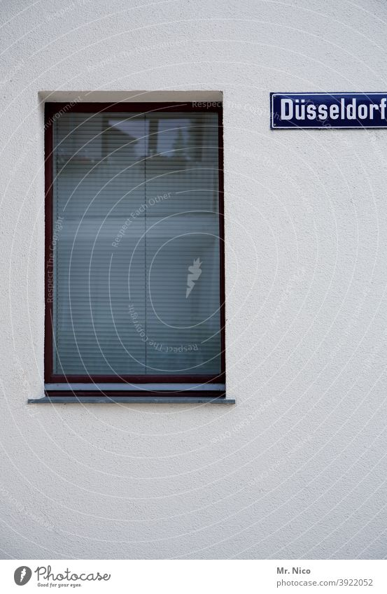 Düsseldorfer Haus Architektur Gebäude Fenster Fassade Wand trist Rollladen Rollo Jalousie geschlossen Strukturen & Formen Schilder & Markierungen Namensschild