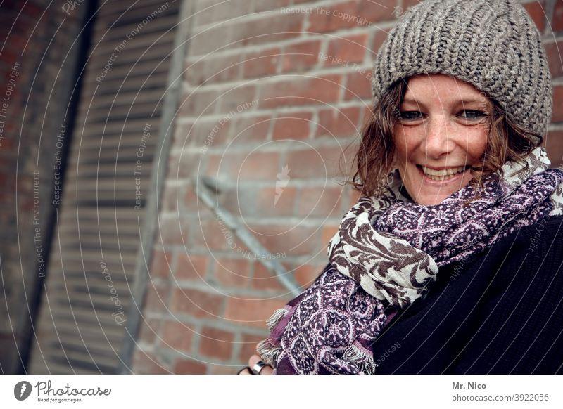 Gute Laune Schal Mode Mütze Haare & Frisuren natürlich hübsch Locken Accessoire Lifestyle Sympathie Zufriedenheit Sommersprossen schön Porträt sympathisch