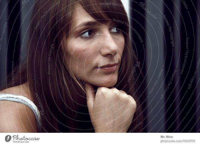 nachdenkliches Portrait nachdenken Denken Frau ruhig Gesicht Blick Porträt Gedanke träumen Auge Traurigkeit Verzweiflung Haare & Frisuren Gefühle dunkel feminin