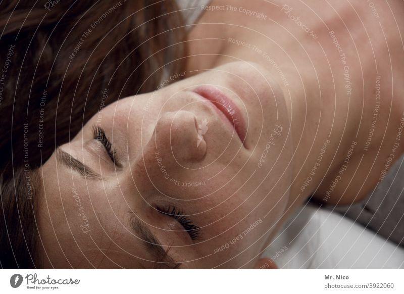 Schönheitsschlaf schlafen Frau Erholung liegen ruhig feminin Müdigkeit geschlossene Augen Geborgenheit Porträt träumen Gesicht Erschöpfung Pause Augenbraue