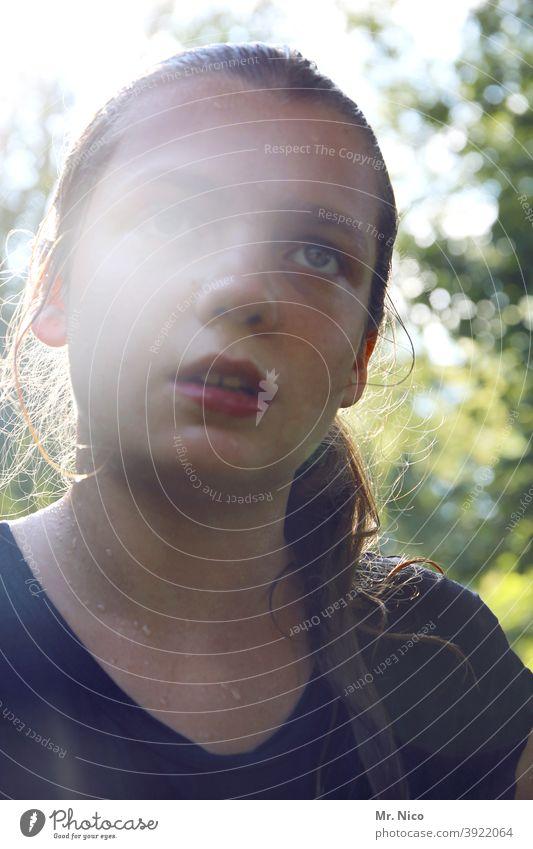 erschöpft und verschwitzt Porträt Mädchen Gesicht Haare & Frisuren Kopf nass feminin Oberkörper Jugendliche Natur Kindheit Umwelt T-Shirt feucht Wasser