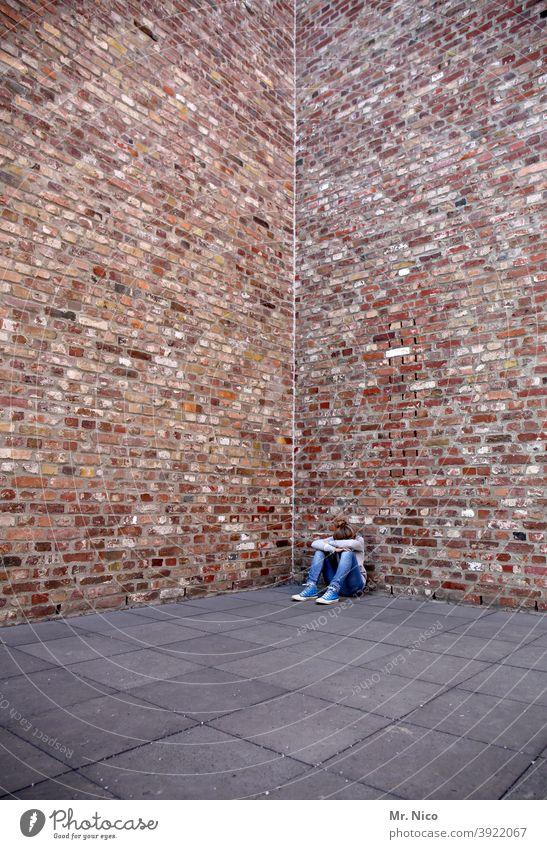 bad day feminin Bauwerk Gebäude Architektur Mauer Wand Traurigkeit weinen sitzen Fassade Sorge Gefühle verlieren Enttäuschung Einsamkeit Körperhaltung