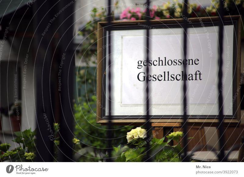 geschlossene Gesellschaft geschlossene gesellschaft Schilder & Markierungen Lokal Hinweisschild Schriftzeichen gaststätte Gastronomie heute geschlossen
