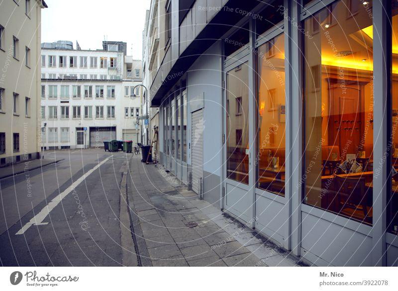Gastronomiehinterausgang Fensterscheibe Café Glas Scheibe Glasscheibe Reflexion & Spiegelung durchsichtig Architektur Licht Stadt Fassade stylisch Restaurant