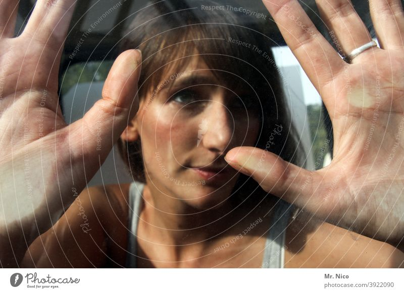 Handoberfläche Glasscheibe Finger Fensterscheibe Abdruck fingerspitzen Fingerabdruck Frau Gesicht berühren Haut Autoscheibe handabdruck Daumen Blick Handfläche
