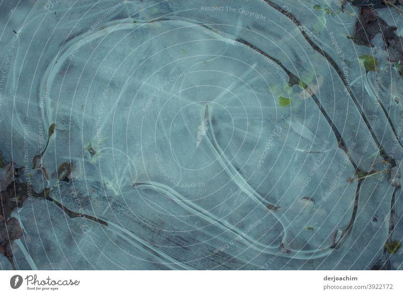 Gefrorenes Wasser mit verschiedenen Mustern und Strukturen. Blitzeis Eis Winter Frost Schnee kalt gefroren Eiskristall frieren Kristallstrukturen Außenaufnahme