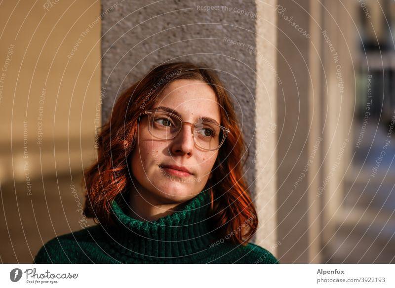It-Girl Frauengesicht natürlich Haare & Frisuren langhaarig Schwache Tiefenschärfe Außenaufnahme brünett Mensch Farbfoto Erwachsene Jugendliche Porträt