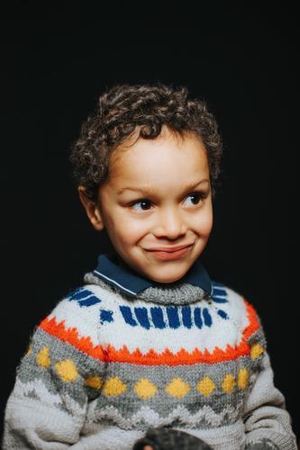 Studio Porträt von niedlichen schwarzen Jungen lächelnd Afroamerikaner sorgenfrei Freizeitkleidung Kind Kindheit Kinder kalt Emotion Ausdruck Freiheit