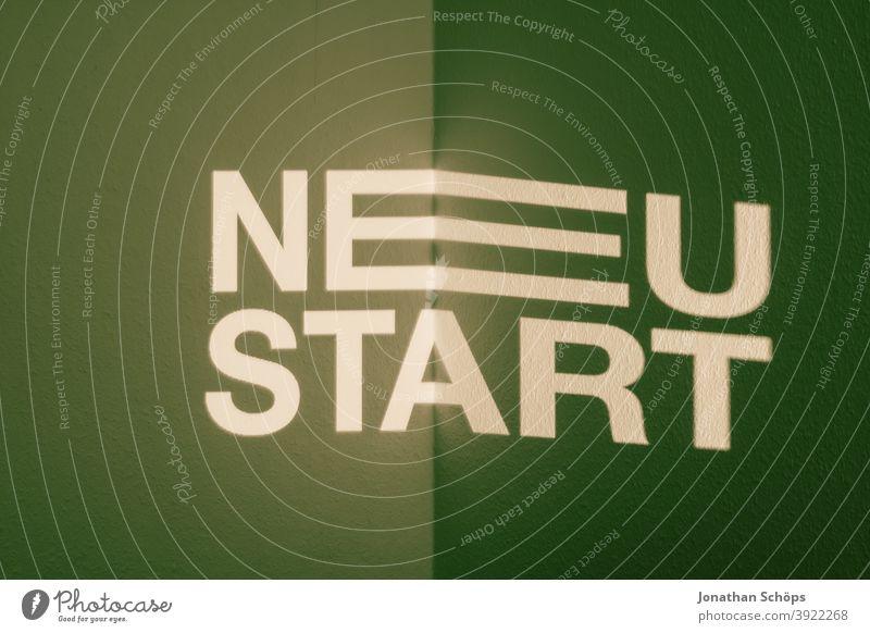 Neustart als Schrift Projektion typografisch 2021 Beamer Jahr 2021 Jahresbeginn Jahresplanung Neujahr Planung Silvester 2021 Typografie Wand Ziele grün