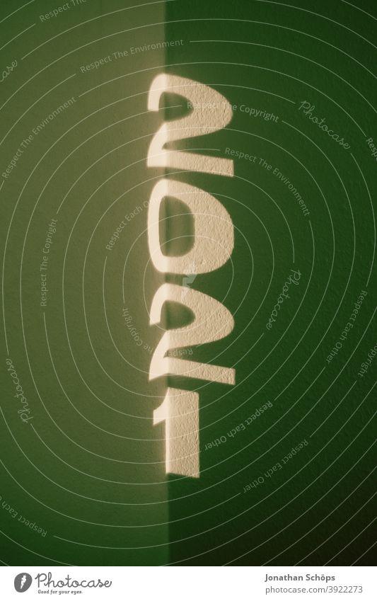 Jahreszahl 2021 als Schrift Projektion typografisch Beamer Jahr 2021 Jahresbeginn Neujahr Silvester 2021 Typografie Wand grün minimalistisch neustart