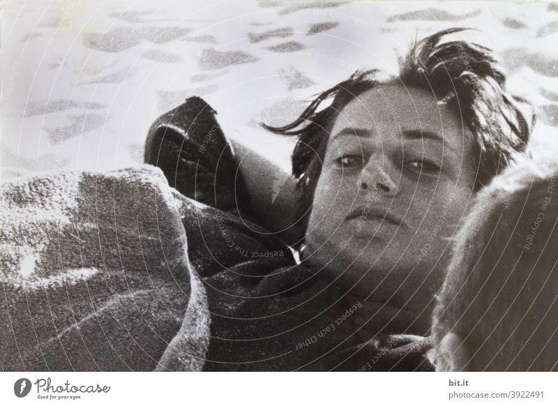 bitti liegt l am Strand von Portugal Frau Junge Frau liegen Mensch feminin 18-30 Jahre Blick in die Kamera Gesicht Porträt Schwarzweißfoto natürlich Erholung