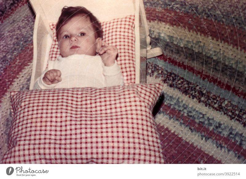 bitti liegt l im Puppenbett Kind Kindheit Kinderspiel Kindheitserinnerung liegen schlafen Bett Kinderbett Wiege niedlich Kleinkind Spielen 1-3 Jahre Freude