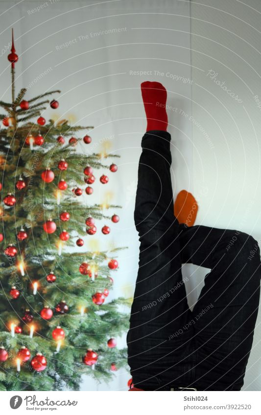 Weihnachten steht Kopf wegen Corona Weihnachtsbaum Christbaum bunt Kopfstand kopfüber Wahnsinn Ausnahmezustand Lockdown Shutdown Hose Socken Christbaumschmuck
