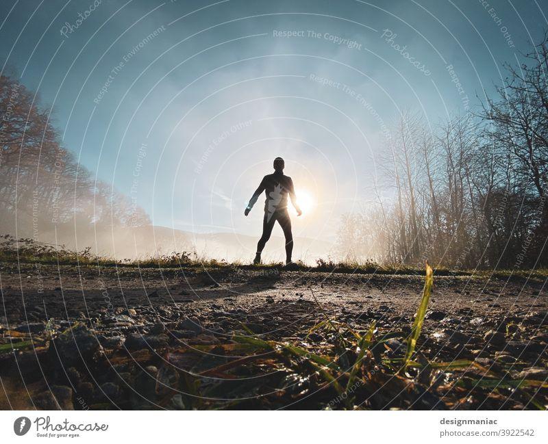 Akte X: Der Jogger im Nebel Silhouette über den Wolken erstaunlich mystisch Akte x Bäume Wege & Pfade Gras kalt kalte jahreszeit Himmel himmelblau wolkig