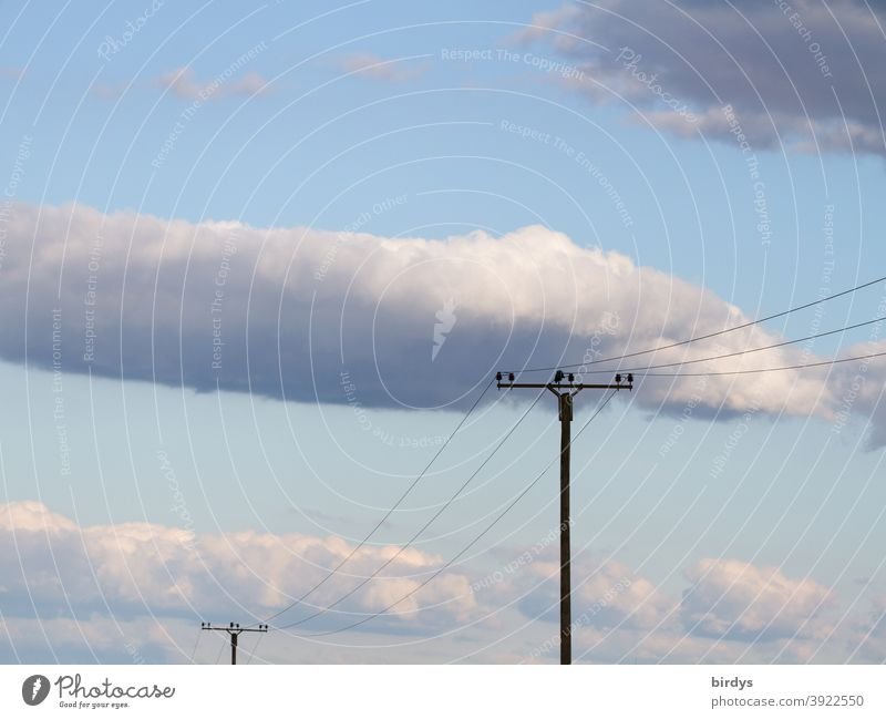 Stromleitungen mit Masten ,blauer Himmel mit Wolken. Telefonleitungen an Masten Strommasten Verbindung Kabel Stromversorgung Kommunikation Oberleitung