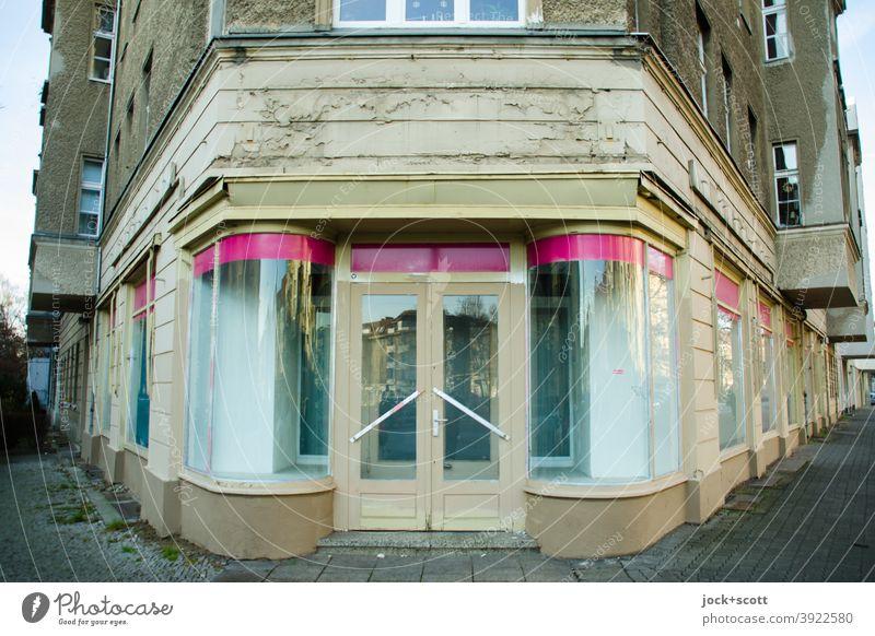 Es war einmal ein Geschäft für Mode Ladengeschäft Fassade Leerstand Ladenfront retro Zahn der Zeit Bürgersteig Vergangenheit Architektur Stil Pankow Ecke DDR