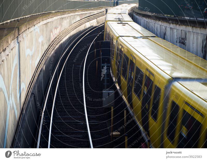 U-Bahn fährt schnell, wie nach Plan, auf den Schienen hinaus in die Welt Geschwindigkeit Mobilität fahren Öffentlicher Personennahverkehr Verkehrsmittel