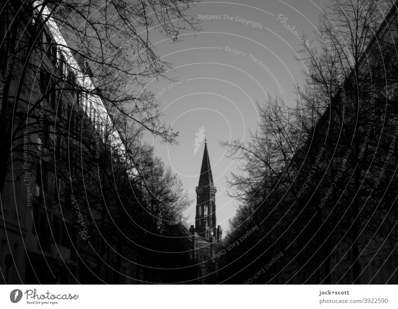 Mitten in Mitte eine Kirche Zionskirche Berlin-Mitte Straßenzug kahle Bäume Himmel Dreieck Silhouette Fluchtpunkt Architektur dunkel Ziel Winter