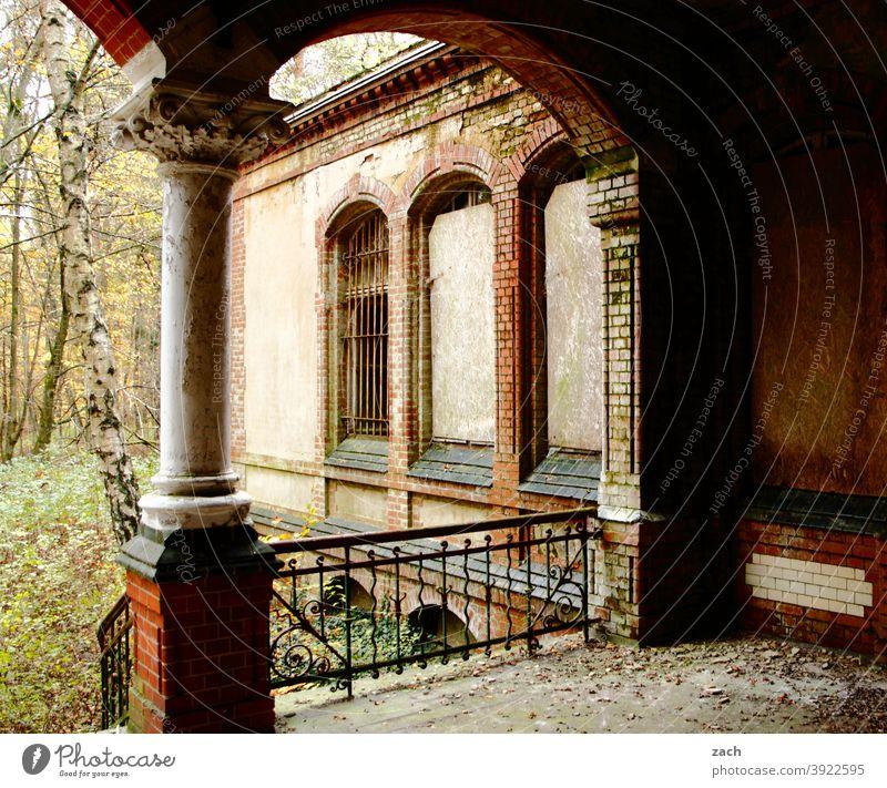 Spuren der Geschichte Farbfoto Renovieren Verfall Vergänglichkeit Zerstörung Haus Ruine alt kaputt Vergangenheit Architektur Fassade Gebäude Säule Säulengang