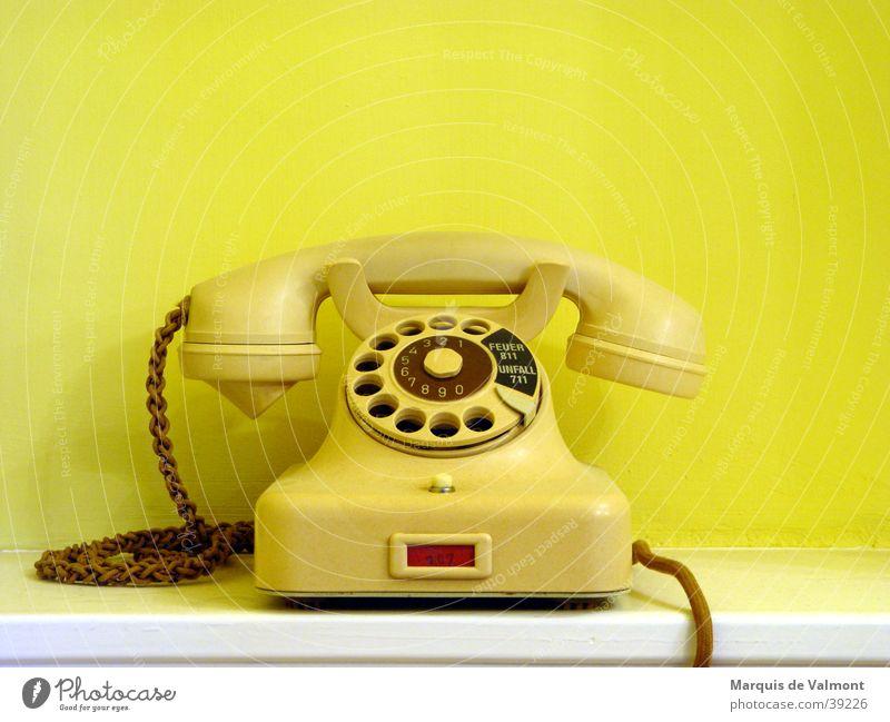 Vienna calling gelb Design Telefon Kabel Technik & Technologie Telekommunikation Schnur historisch Verbindung Leitung antik beige Anschluss Objektfotografie Antiquität Apparatur
