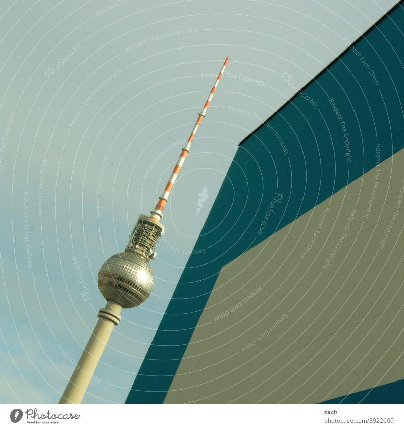 Paralleluniversum Berliner Fernsehturm Architektur verstecken Wand modern Stadt diagonal blau weiß Wahrzeichen Fassade Denkmal Hauptstadt grau hoch groß Turm
