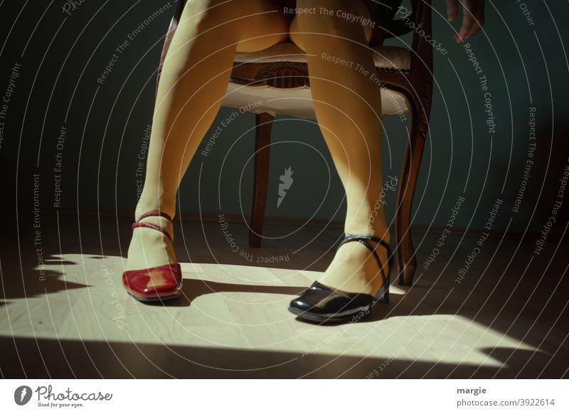 konform | in ein eine Richtung, aber nicht übereinstimmend! Schuhe Beine Fuß Frau Mensch feminin Innenaufnahme Damenschuhe verschiedene farben verschiedenfarbig