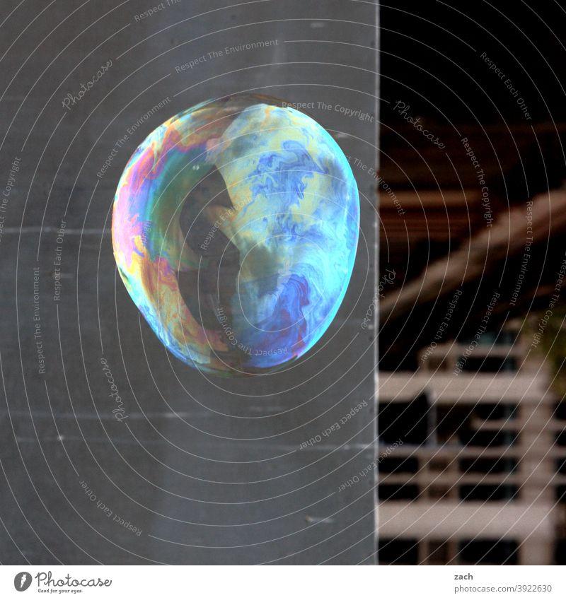 Träume und Seifenblasen Blase rund regenbogenfarben Regenbogen Kreis Wand Fassade grau bunt Stadt