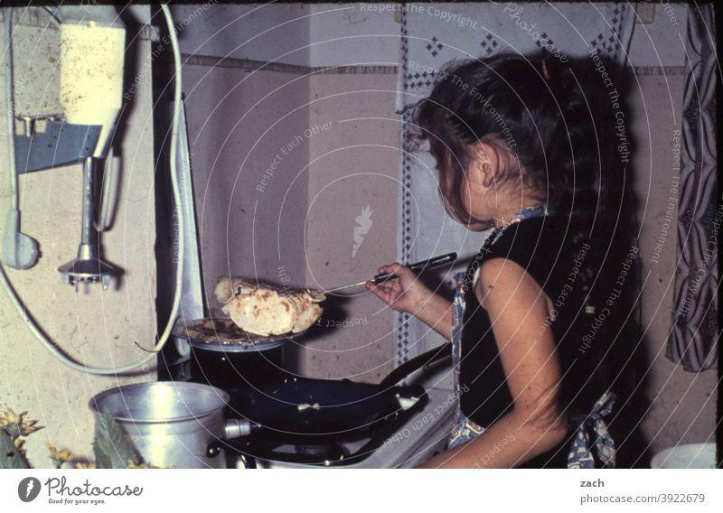 Frühstück Kind Kindheit Mädchen analog Dia Scan Küche Herd & Backofen kochen & garen Koch Köchin Essen Essen zubereiten Gasherd Topf Pfanne Omelett Rührei