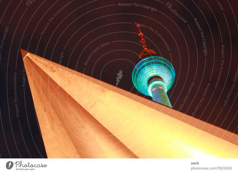 große Leuchte Berliner Fernsehturm Wahrzeichen Turm Stadt Himmel Hauptstadt Nacht Langzeitbelichtung Versteck verstecken Stadtzentrum Fassade Sehenswürdigkeit