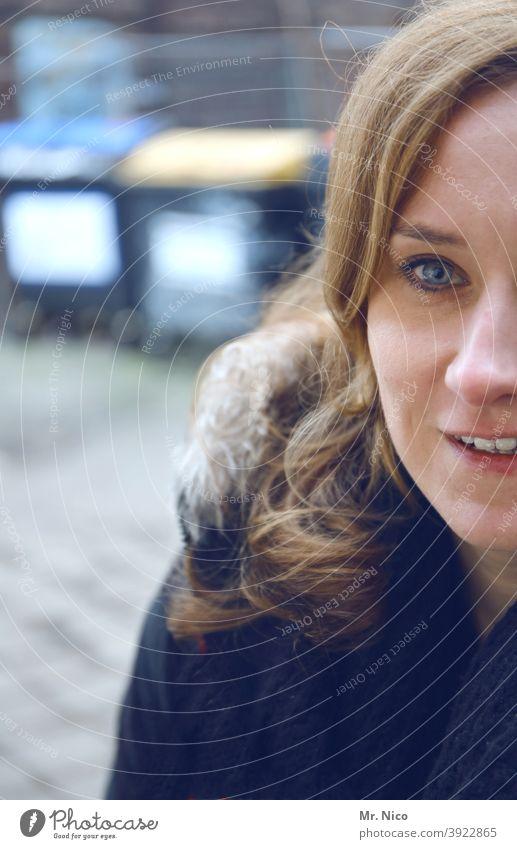 halbes Gesicht Gesichtshälfte Frau Porträt feminin Haare & Frisuren Kopf Auge Nase Mund Lächeln selbstbewußt Zufriedenheit Sympathie Warmherzigkeit Optimismus
