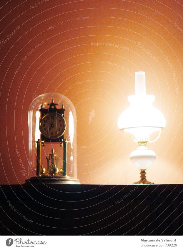 kurz nach sieben Stimmung Lampe Uhr Dinge analog historisch antik altmodisch Antiquität Tischlampe Objektivität Vor hellem Hintergrund Tischuhr