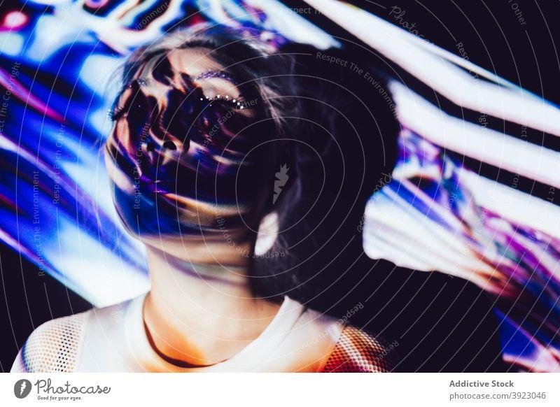 Junge Frau mit Make-up und Schatten im Gesicht Stil Schönheit kreativ ungewöhnlich Menschliches Gesicht Model farbenfroh jung obskur dunkel leuchten Licht