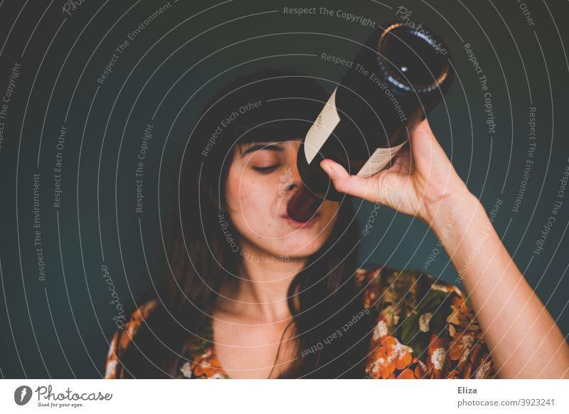 Junge Frau trinkt Rotwein aus der Flasche Wein trinken Alkohol Alkoholkonsum betrinken Feste & Feiern Alkoholismus Weinflasche alleine Frust Mensch