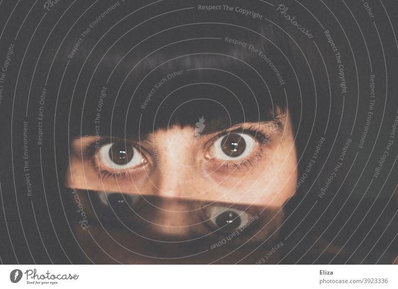 Augen einer Frau mit Spiegelung doppelt Blick eindringlich vier Gesicht Blick in die Kamera pony gespiegelt Portrait düster ernst dunkel dunkelhaarig