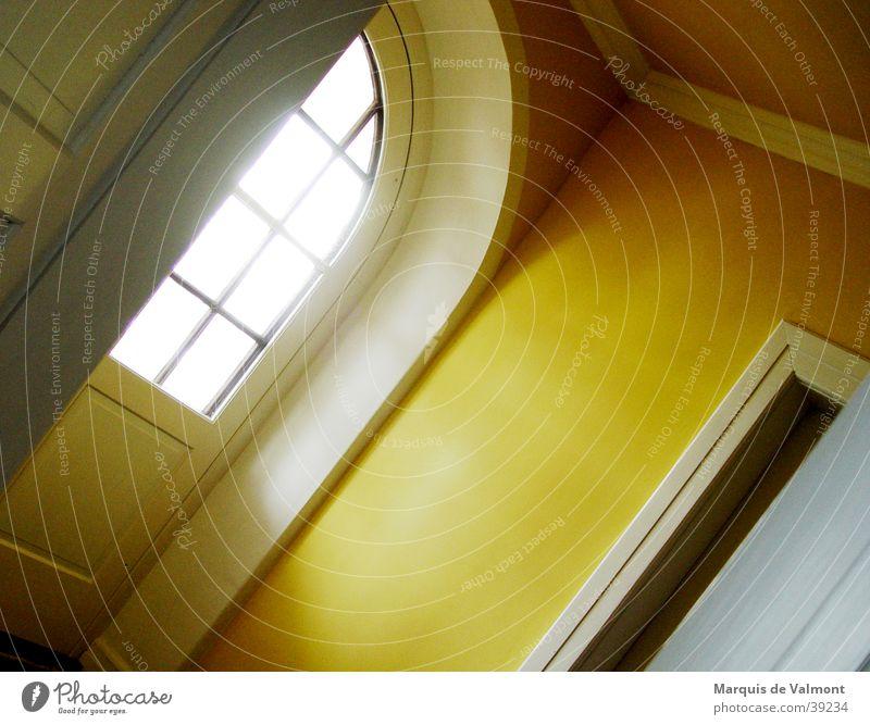 Der Weg zum Licht gelb Fenster Architektur Tür Perspektive Flur Bogen Lichteinfall Lichtschein Sprossenfenster
