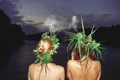 Manchmal muss man sich entspannen. Vielleicht einen Ausflug an einen See auf dem Land und chillen mit Freunden. Diese beiden Mädels rauchen vielleicht doch etwas Natürlicheres an diesem perfekten Mittsommerabend.